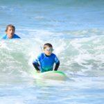 A l'initiative d'individus convaincus et, avec l'appui de la FFS, l'Association Nationale Handi-surf est désormais bien place avec ses sessions découvertes, ses soutiens, son enseignement, sa catégorie en championnat... Une initiative et un développement également  un peu partout dans le monde. Ici Julien Caste, de l'école Lehena Hendaye, prenant en charge un enfant porteur d'autisme. Photo Charrasac