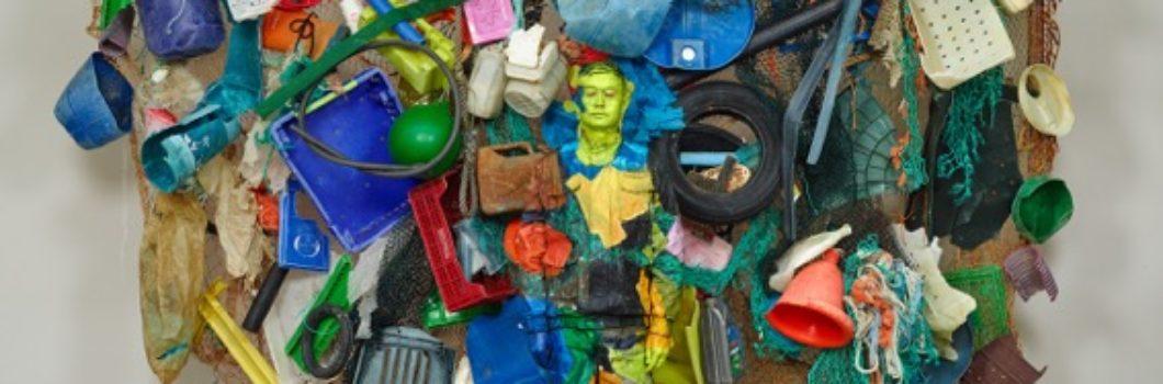 L'artiste Liu Bolin disparaît dans les déchets